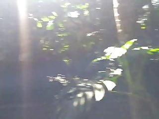 Angelica passeando de bikini fio no mato e corno filmando